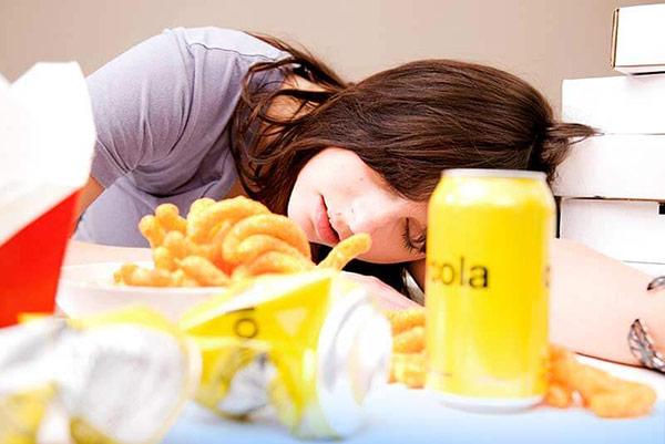 Lý giải nguyên nhân tại sao chúng ta buồn ngủ sau khi ăn 1