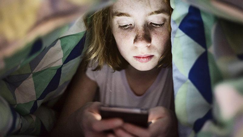 3/ Có quá nhiều nguồn ánh sáng xanh làm phiền giấc ngủ của bạn 1