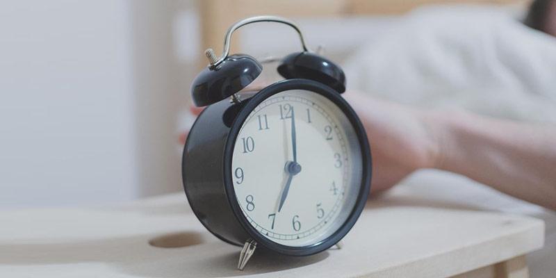 1/ Đặt báo thức và thức dậy đúng giờ 1