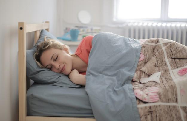 7. Người thông minh đi ngủ muộn hơn 1